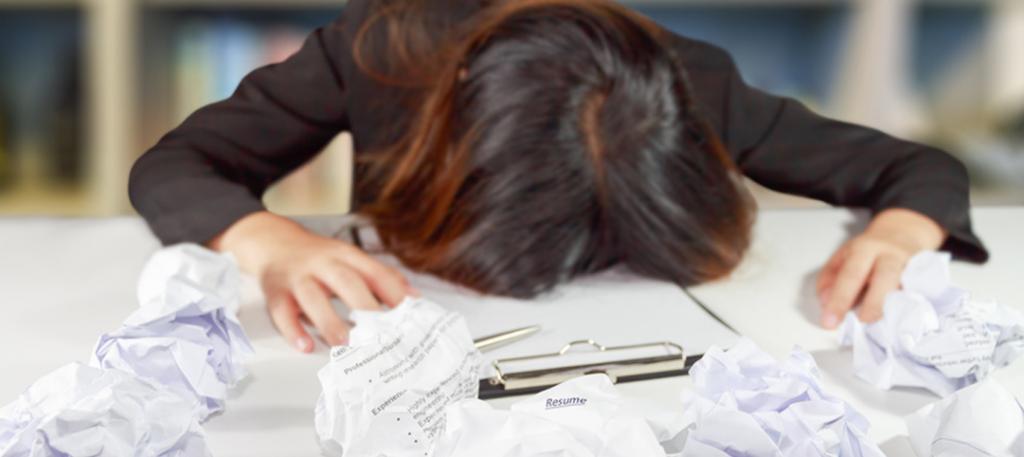 Vrouw schrijft een curriculum vitea