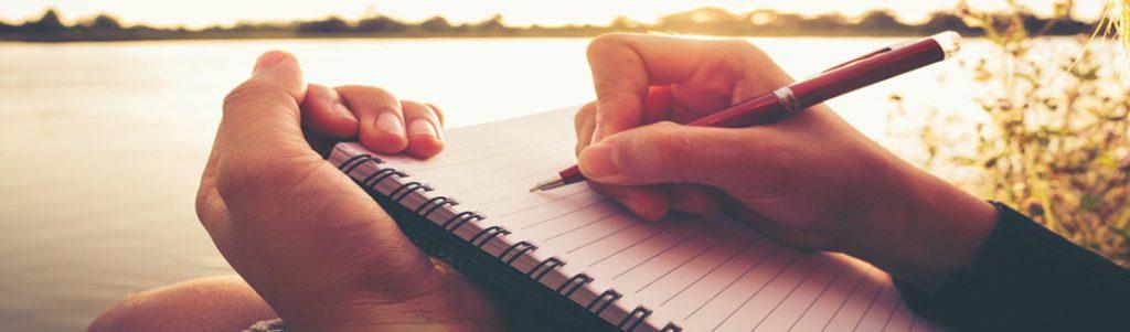 Jonge vrouw schrijft goede openingszinnen voor haar sollcitatiebrief