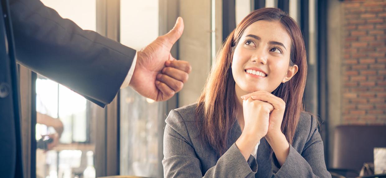 vrouw krijgt een positieve beoordeling op het werk