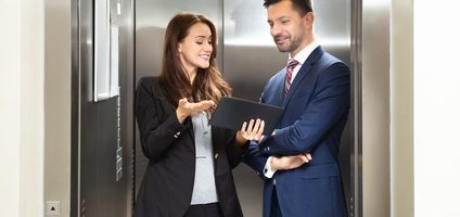Man en vrouw oefenen de elevator pitch